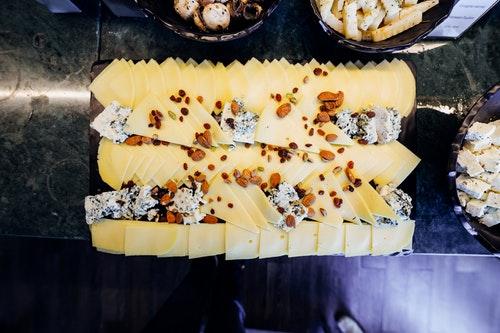 チーズとドライナッツ