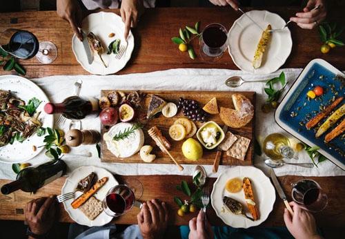 チーズプレートを囲む食卓