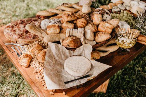 パンが盛られたテーブル