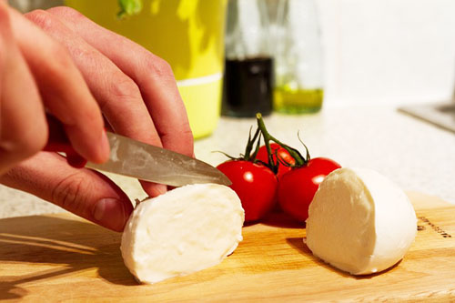 モッツァレラチーズをカット