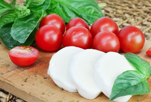 モッツァレラチーズとトマトとバジル